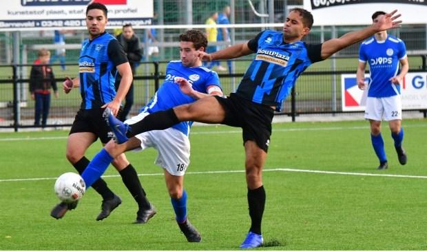 Bas van de Grootevheen is zijn tegenstrever uit Lelystad te snel af, maar het levert geen treffer op.