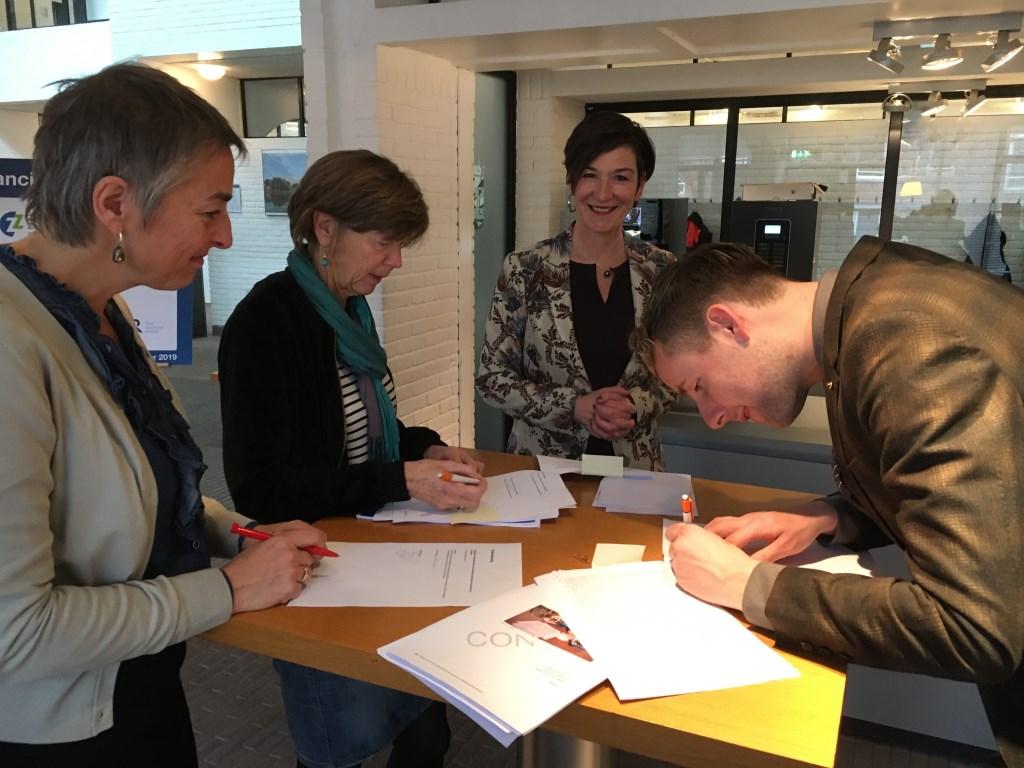 Ondertekening overeenkomst. Vlnr bestuurder Eigen Haard, wethouders Uithoorn en Ouder-Amstel.