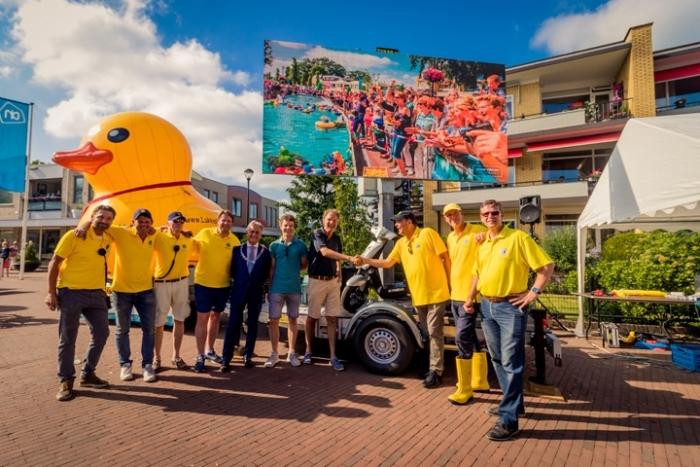 Lionsclub Eemland feliciteert de winnaar van de Lukkie Duckrace 2018