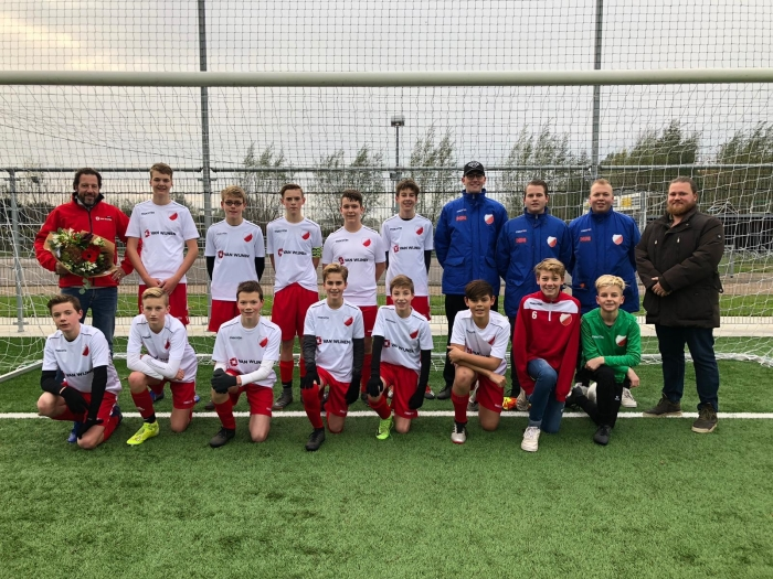 JO15-2 poseert in nieuwe tenues van sponsor Van Wijnen Stolwijk