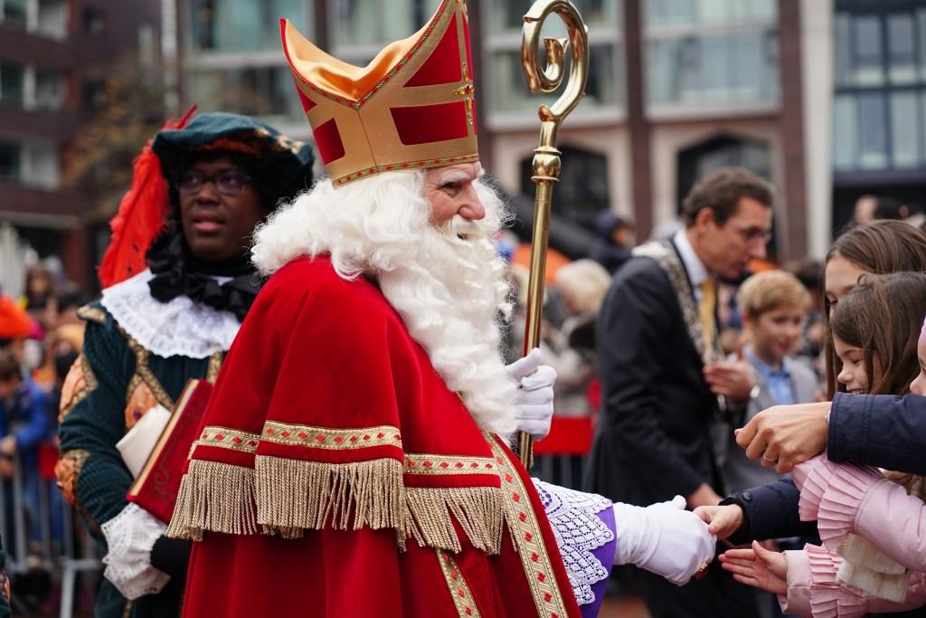 Sinterklaas met op de achtergrond de burgemeester en kinderburgemeester.  Naomi Heidinga © BDU media