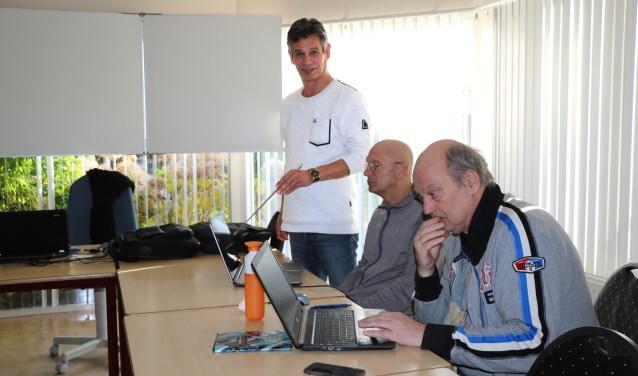 Dolf van Laar helpt zijn cursisten om hun digitale weg te vinden