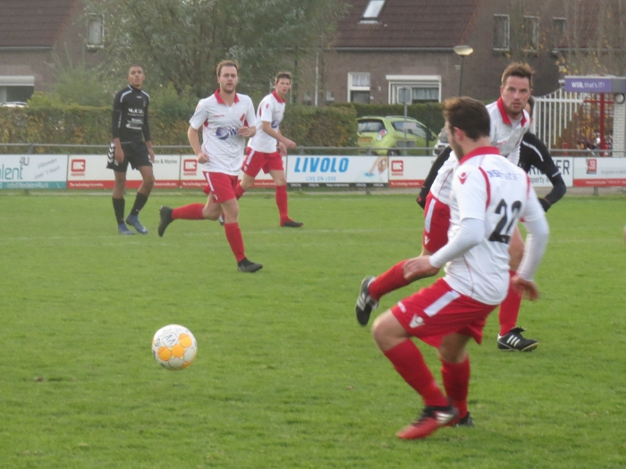 Adi Jogic (22) ontvangt de bal tegen SV Lopik