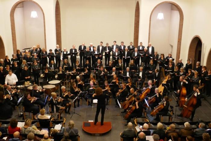 uitvoering door het koor en orkets van Bespreek het Samen