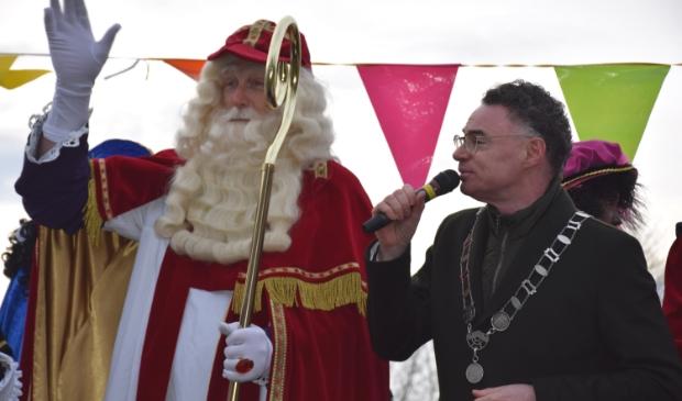 <p>Burgemeester Isabella ontvangt de mijterloze Sinterklaas in 2019</p>