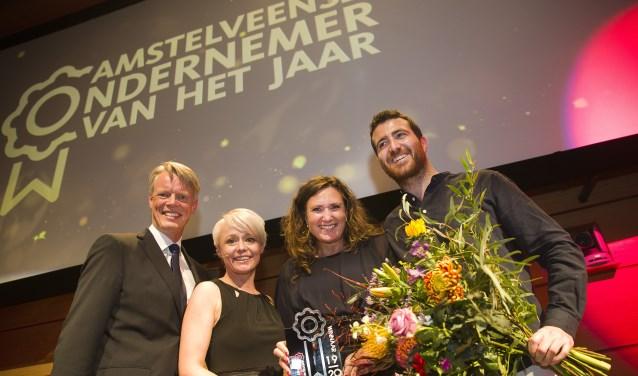Vanaf links: De vorige winnaar van de titel Pier Rienks van boekhandel Libris Venstra, wethouder en juryvoorzitter Floor Gordon, Isabella van Rooij, eigenaar AVB Language Group en Victor Occelli.
