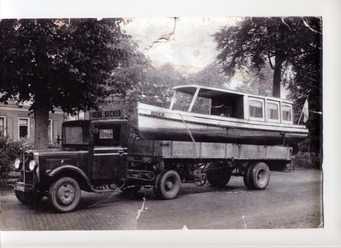 Vrachtwagen van Becker met oplegger. De onderneming heeft een rijke historie