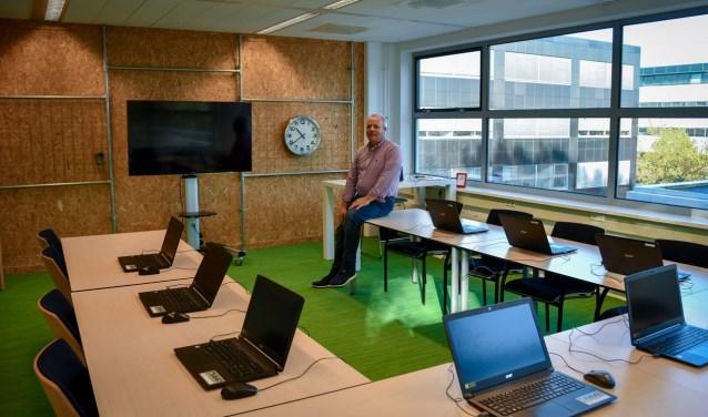 Cees-Jan van der Meer in het leslokaal aan de Computerweg.