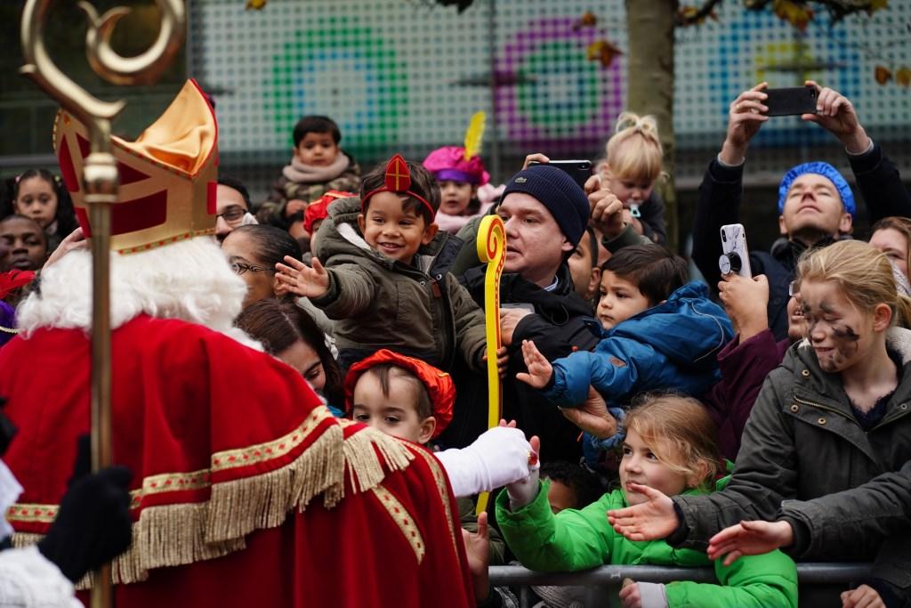 Sinterklaas deed zijn best om alle kinderhanden op het plein te schudden.  Naomi Heidinga © BDU media