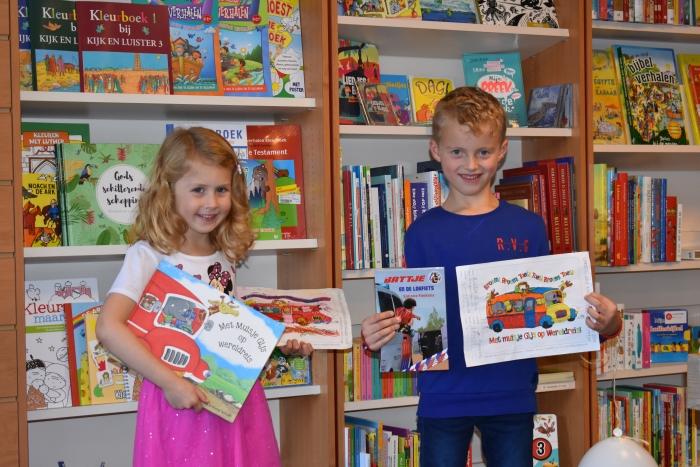 De trotse winnaars Dylana en Huibert met hun prijs