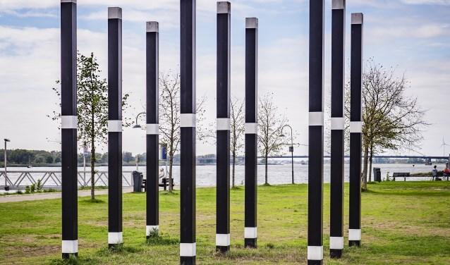 Ad de Keijzer, Gestructureerde ruimte, 1974; gelakt staal. Buiten de Waterpoort.