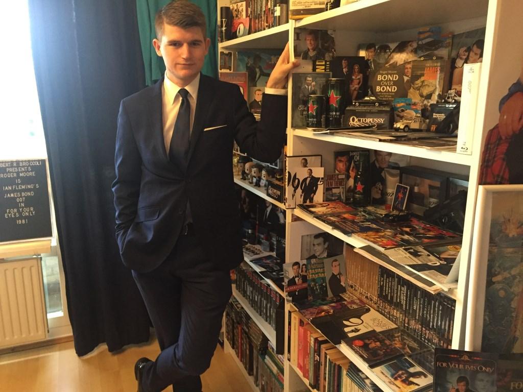 Daniël Hofman met zijn unieke James Bond verzameling Lia van der Heijden © BDU media
