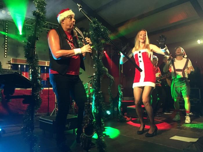 Coverband 2mf had voor de gelegenheid ook wat kersthits en dito outfits meegenomen.  Tanja Vlieger © BDU media