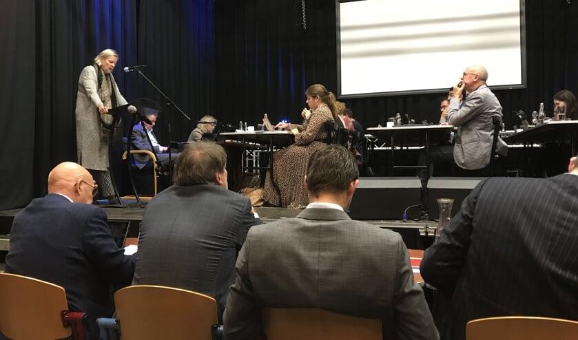 VVD raadslid Attie Mager aan het woord tijdens de begrotingsbehandeling in PoGo, op de rug gezien de wethouders Van Zanten, Van Doesburg, Kraaijeveld en Van der Geest.