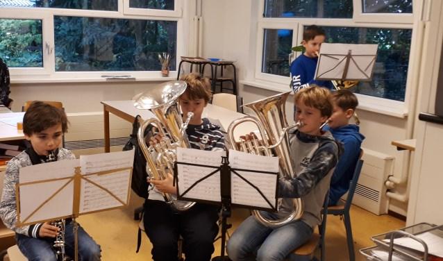 Groep 8 van De Meent oefent veel om straks te schitteren tijdens het 'Kerst Muziek Gala'.