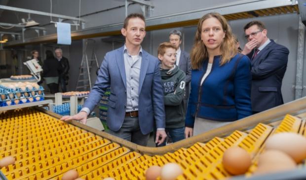 <p>Landbouwminister Carola Schouten bezocht vorig jaar het pluimveebedrijf van Martijn van Veldhuizen (links), wat zich laat typeren als een echt familiebedrijf.</p>