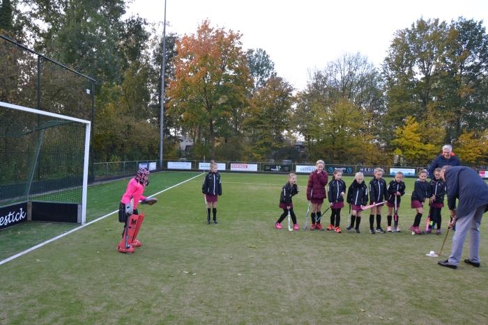 Wethouder Tonnis van Dijk probeert het eerste doelpunt te scoren