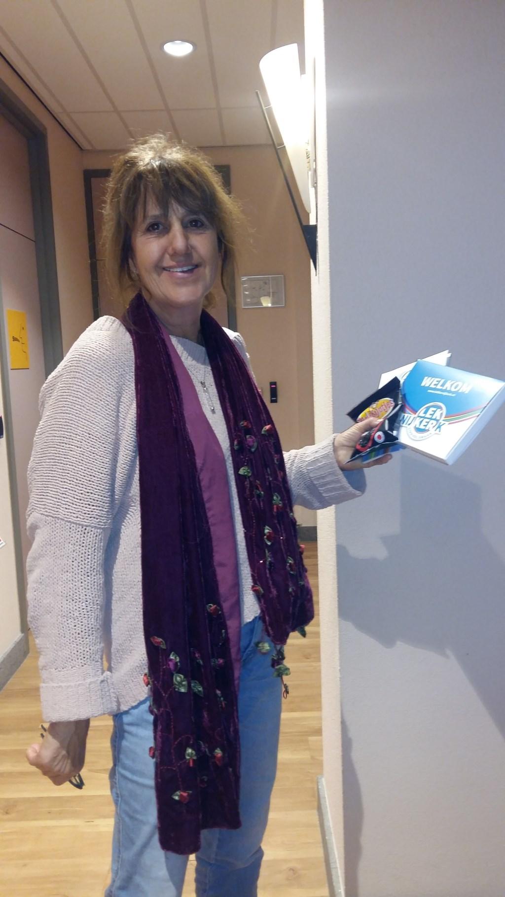 Jeanette Blonk ontving ook het pakketje. Gemeente Nijkerk © BDU Media