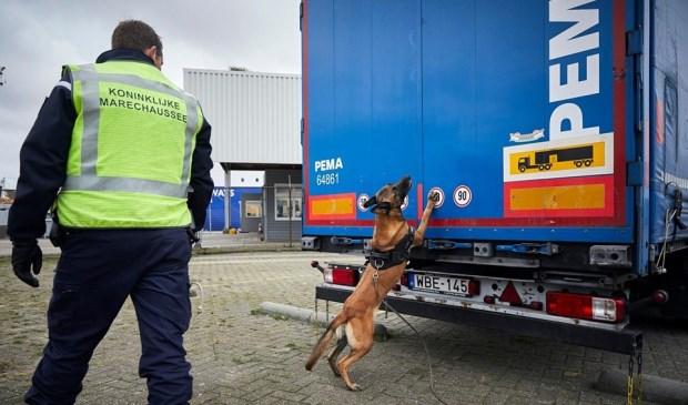 De vrachtwagenchauffeur is aangehouden op verdenking van mensensmokkel.