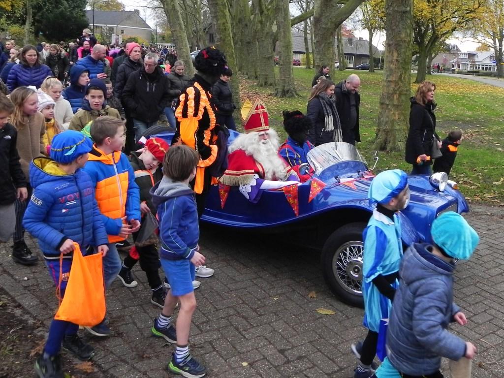 Sinterklaas reed met zijn Sintmobiel door heel Werkhoven, gevolgd door een grote schare kinderen en volwassenen. Richard Thoolen © BDU media