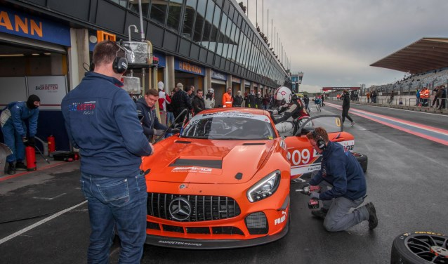 Bernhard van Oranje stapt in de (hoe kan het ook anders) feloranje Mercedes AMG.