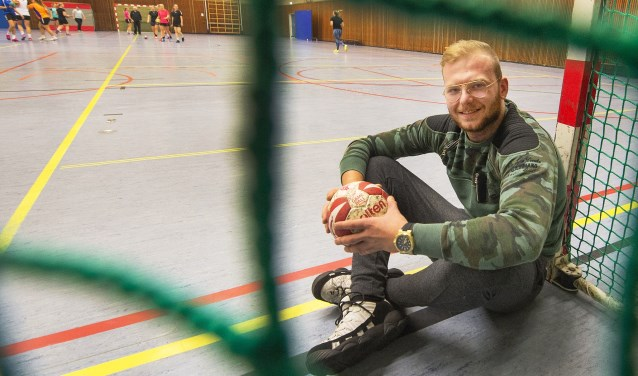 Tim Zwart is zelf herstellende van een knieblessure. Hij traint wel de dames van Fulmen/Fidelitas. Zijn handbalambities heeft hij eerder ondergeschikt gemaakt aan het leven buiten de lijnen.