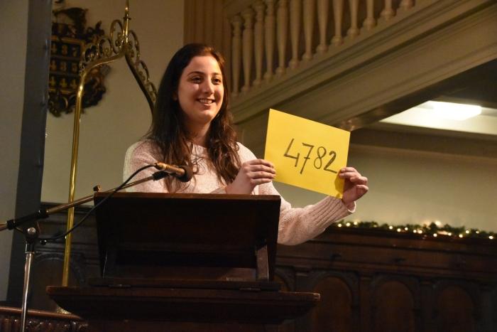 10 december 2018: een medewerkster van Amnesty International maakt in de Lutherse Kerk het voorlopige resultaat van de schrijfactie in 2018 bekend.