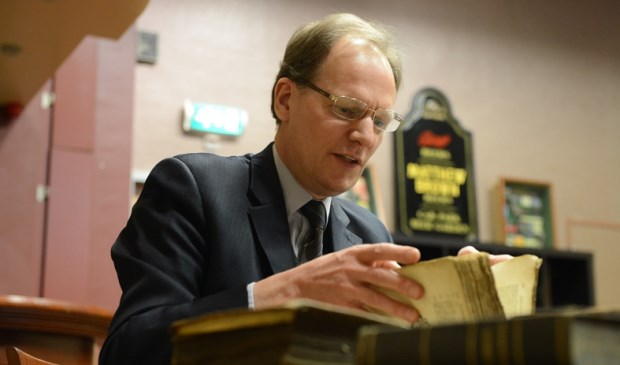 Arie Molendijk taxeert boeken.