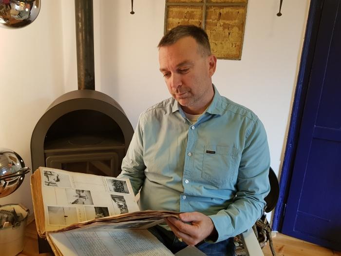 Huibert leest in het originele dagboek Huibert van Verseveld © BDU Media