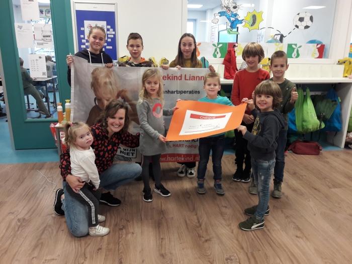 Daniëlle van Stichting Hartekind neemt cheque in ontvangst