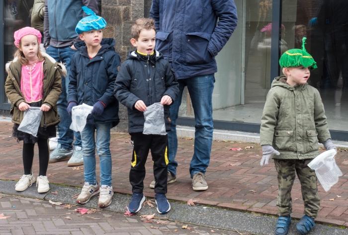 Kinderen wachter met smart op de Sint Ab van de Pol  © BDU media