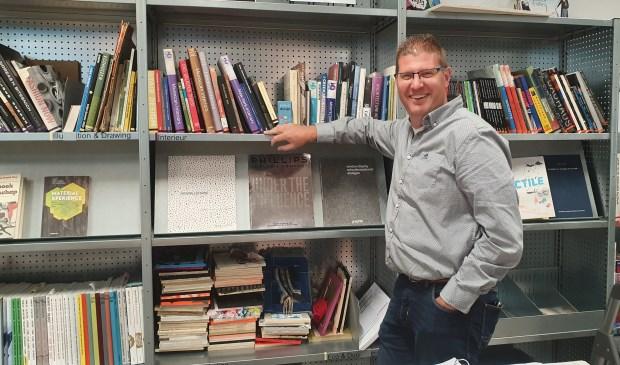 Maarten draagt graag kennis over en veel kennis staat in boeken. De boekenhoek bij Nimeto is een favoriete plek voor hem.
