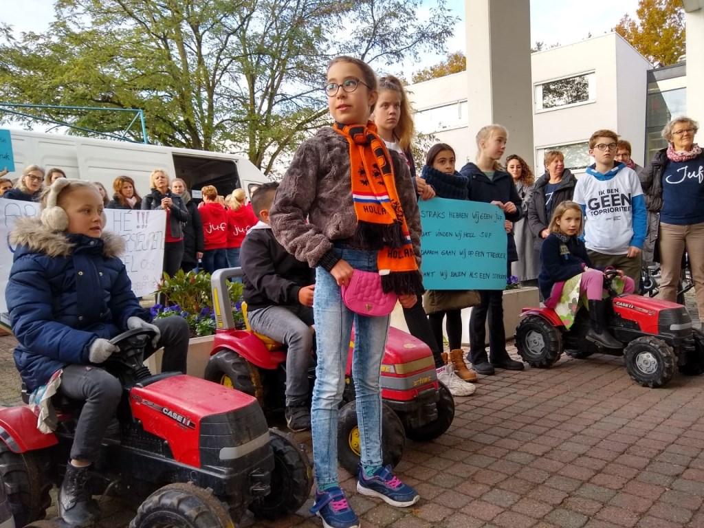 Op tractoren ('Dan luisteren ze misschien ook naar ons') ondersteunen de kinderen hun juffen en meesters. Johan van Beek © BDU media