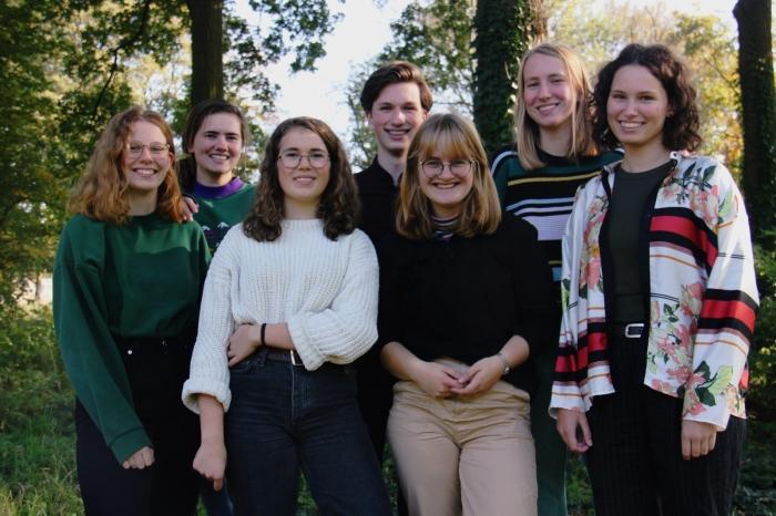 Op de foto staat het bestuur van Fridays For Future Amersfoort, v.l.n.r: Sofie, Emma, Linde, Hugo, Elise, Rachel en Sarah.