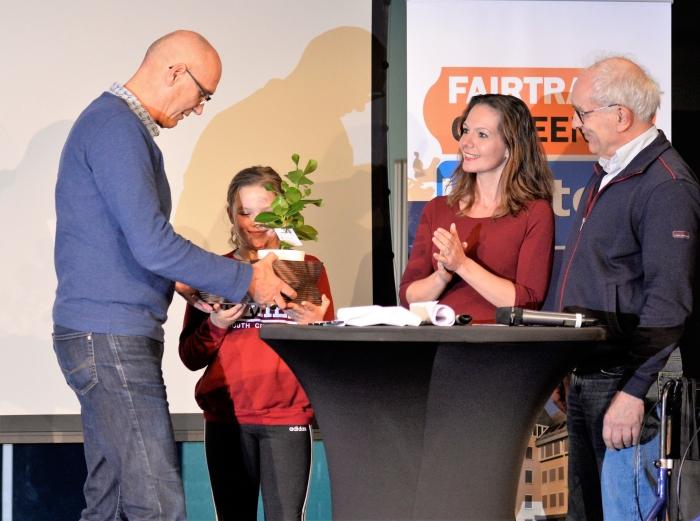 Cor Spronk ontvangt de Groene Keus 2019 trofee uit handen van Gijs van Kuik en Hilde de Groot