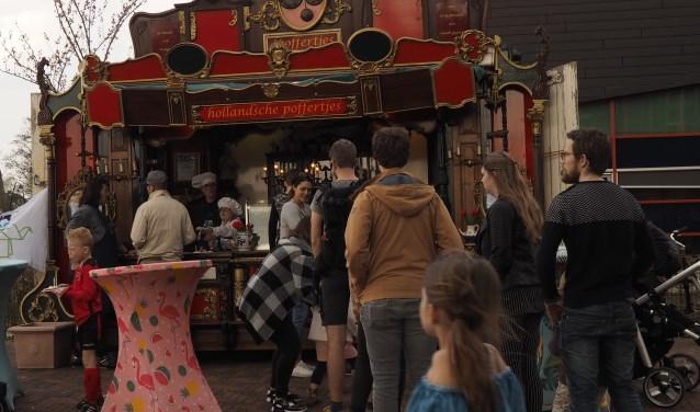 De Hollandsche Poffertjeskraam op het Vier de Lente feest met bediening vanuit DownTown Leusden.