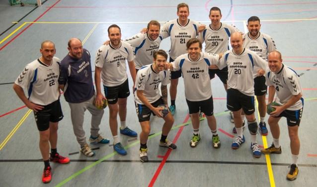 De 'oude mannen' van BDC zijn weer gaan handballen en wonnen meteen hun eerste wedstrijd. Ruim: 41-13.