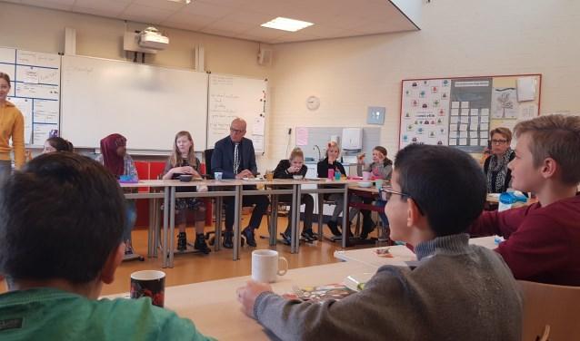 Burgemeester Harry de Vries deed mee aan het Schoolontbijt in de Dorpsbeuk.