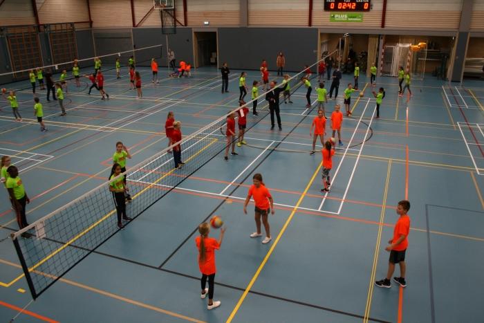 In teams speelde de leerlingen tegen elkaar.
