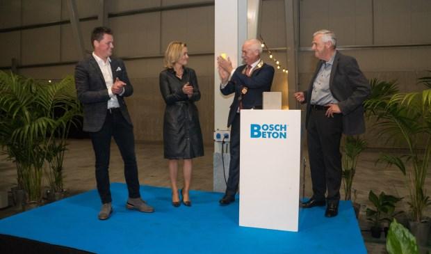 Van links naar rechts Gerard van den Bosch, Brechtje van den Beuken-van den Bosch, burgemeester Asje van Dijk en Gert van den Bosch.