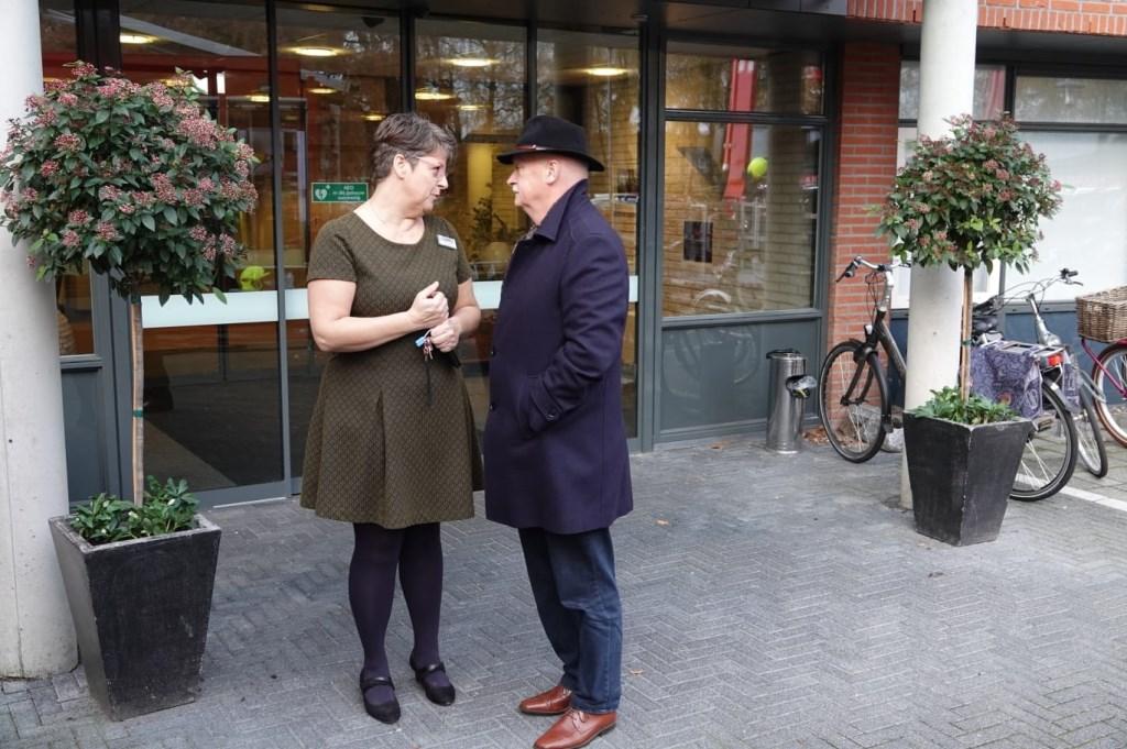 Eunice van Zomeren, directrice van Neboplus, spreekt met burgemeester Asje van Dijk.  AberMedia  © BDU media