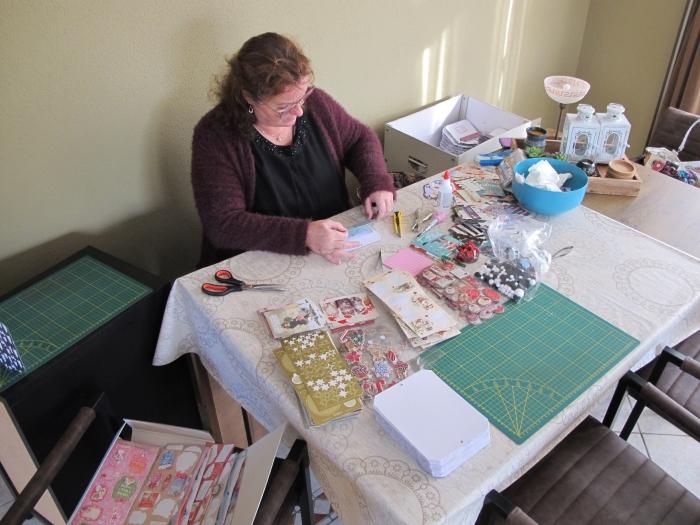 Joyce is druk aan het werk met haar hobby GH © BDU media