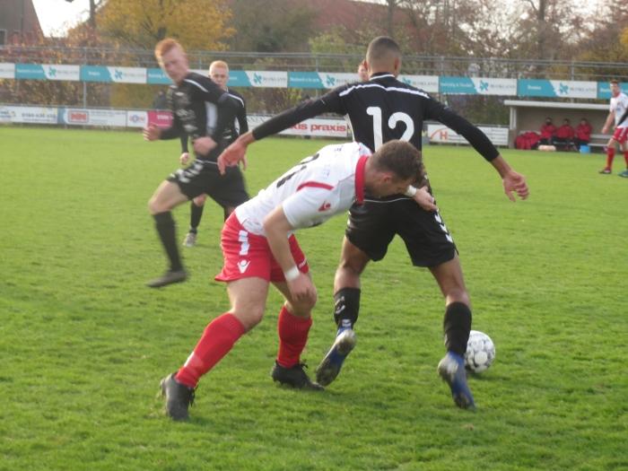 Jesper Buist in duel met SV Lopik Teus Stam © BDU media