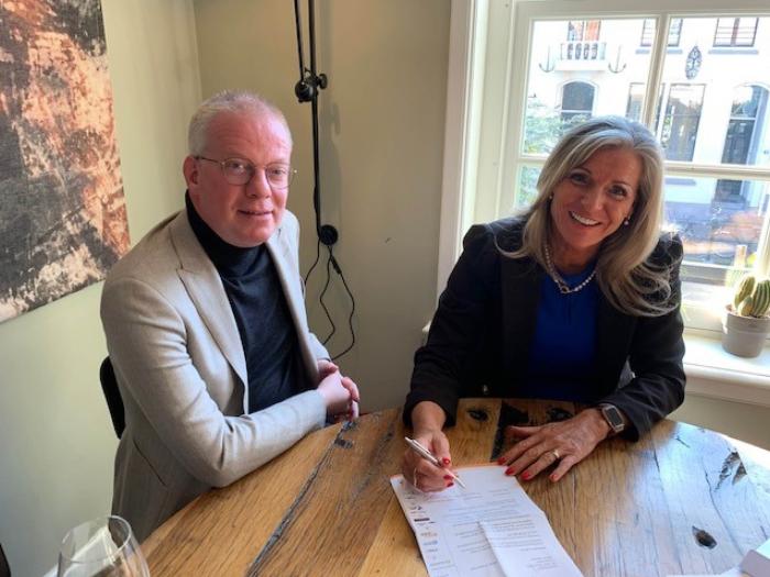 Voorzitter Harry Hamstra Cup, Nadja Renkema, ondertekent de hoofdsponsorovereenkomst met Gijsbert-Jan van de Pol van Bouwbedrijf Schoonderbeek.