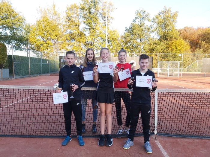 Jordy, Blom, Imme, Celine en Noud, de tennistalenten van het kampioensteam