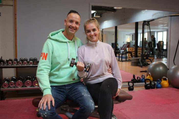 Jeroen Visser en Danique van Zoomeren in de sportschool in Halfweg