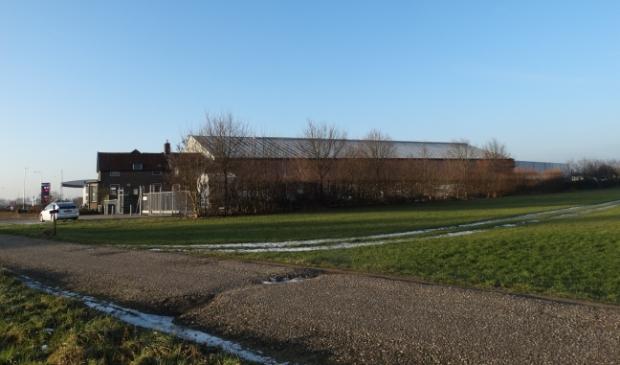 <p>Rechtsachter dit gebouw zou de mestfabriek worden gebouwd</p>