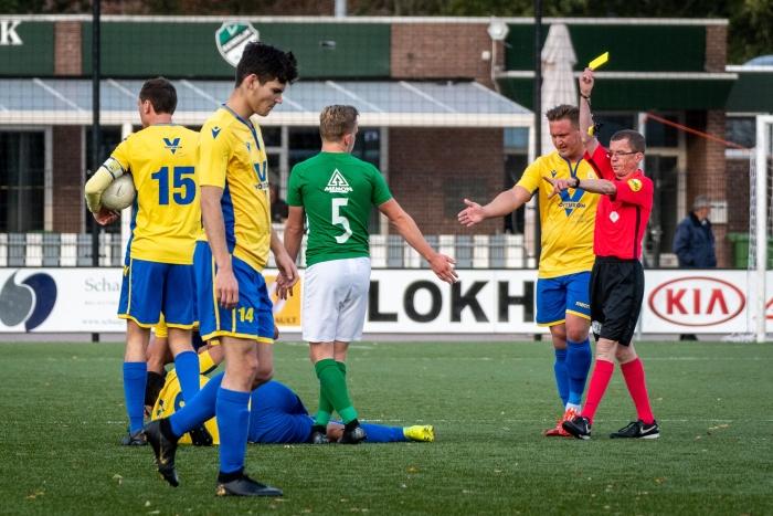 De eerste gele kaart van de wedstrijd ging naar VV Eemdijk, er zouden er nog een aantal volgen.  EJH Photography © BDU Media