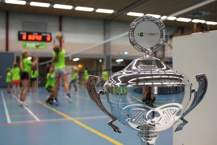 De wisselbeker van het schoolvolleybaltoernooi Ouderkerk aan de Amstel.  Dine van Erck © BDU media