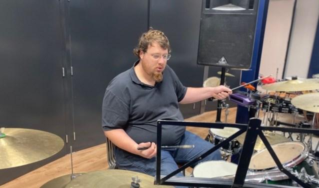Arthur Gijzen voelt zich thuis achter een drumstel.